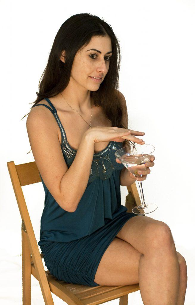 תנועת ליטוף כוס שתייה